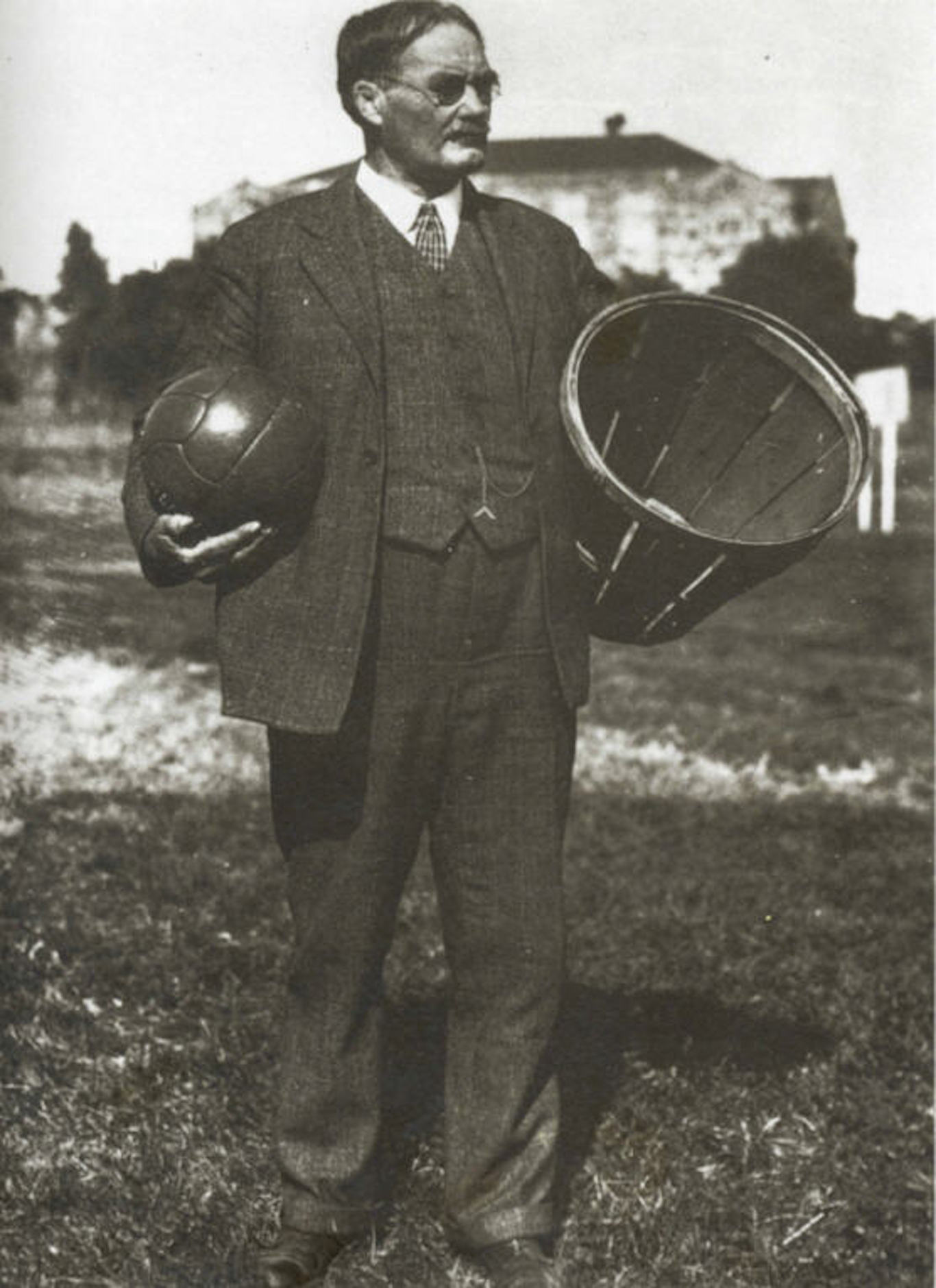 dr james naismith and the invention of the sport of basketball The naismith memorial basketball hall of fame was opened to the piblic in 1968 at springfield, mass, a tribute that forever makes james naismith synonymous with basketball the original 13 rules of basketball (written by james naismith, dec 21, 1891) 1.